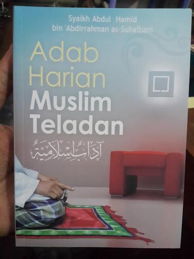 Buku Adab Harian Muslim Teladan Cover