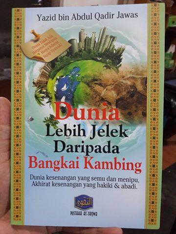 Buku Dunia Lebih Jelek Dari Bangkai Kambing Cover