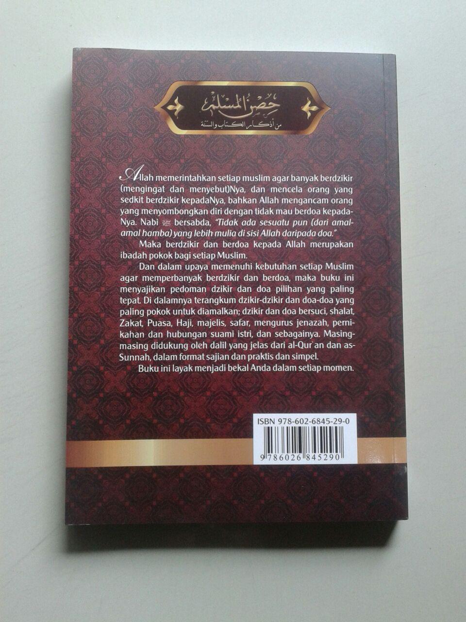 Buku Hisnul Muslim Kumpulan Doa & Dzikir Pilihan cover