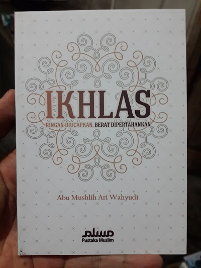 Buku Saku Ikhlas Ringan Diucapkan Berat Dipertahankan Cover
