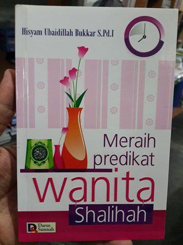 meraih predikat wanita shalihah buku cover