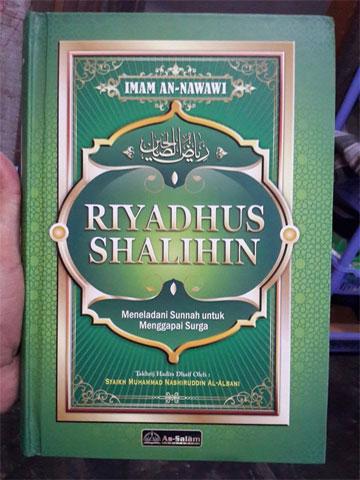 Buku Riyadhus Shalihin Meneladani Sunnah Menggapai Surga Cover